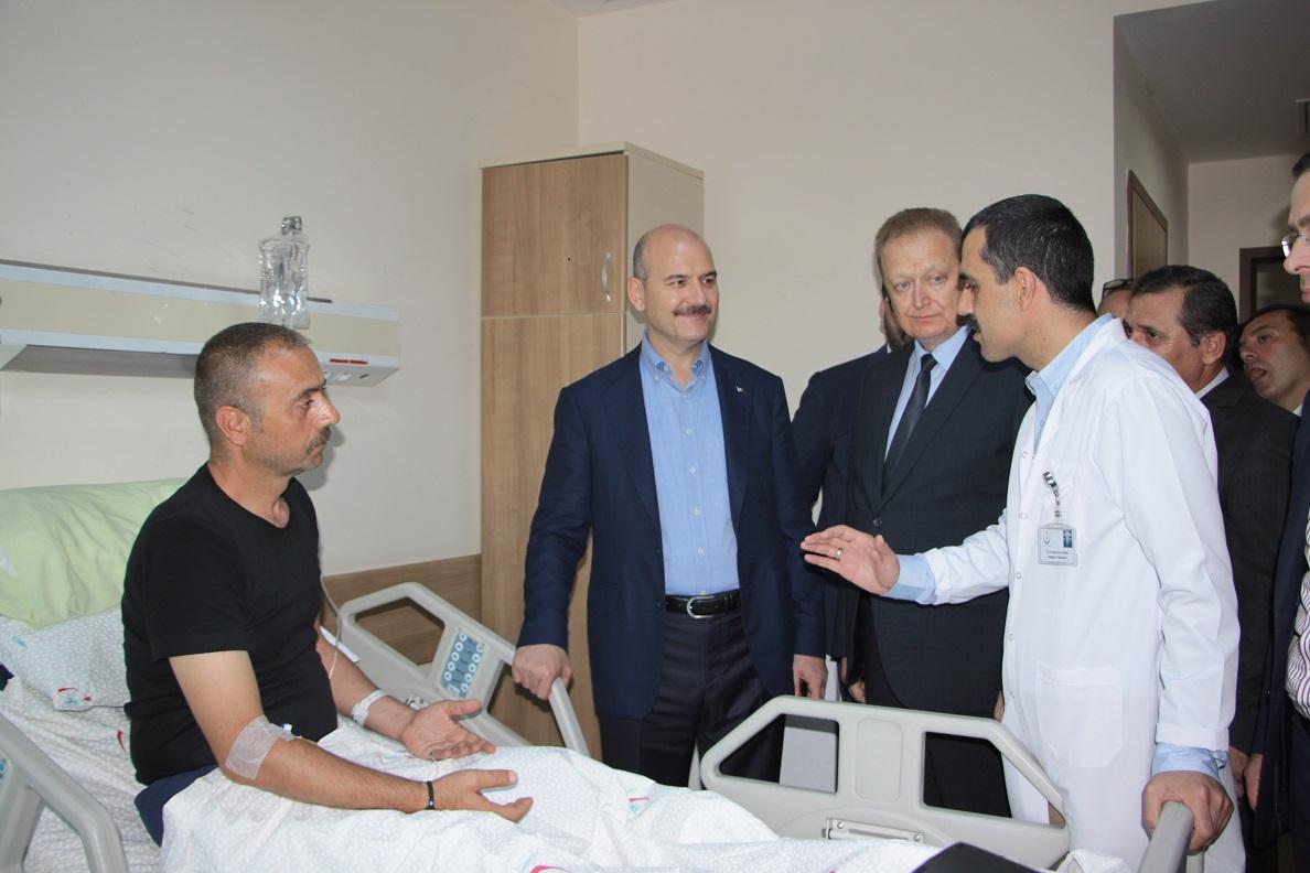 İçişleri Bakanı Soylu yaralı polisleri hastanede ziyaret etti